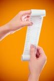 Control de la mujer o de la muchacha en el rollo de las manos del papel con mofa impresa del recibo encima de la plantilla Limpie imagen de archivo libre de regalías
