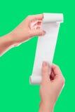 Control de la mujer o de la muchacha en el rollo de las manos del papel con mofa impresa del recibo encima de la plantilla Limpie fotos de archivo libres de regalías