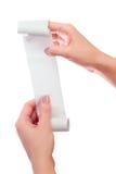 Control de la mujer o de la muchacha en el rollo de las manos del papel con mofa impresa del recibo encima de la plantilla Limpie Foto de archivo