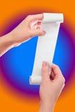 Control de la mujer o de la muchacha en el rollo de las manos del papel con mofa impresa del recibo encima de la plantilla Limpie fotografía de archivo