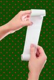 Control de la mujer o de la muchacha en el rollo de las manos del papel con mofa impresa del recibo encima de la plantilla Limpie imágenes de archivo libres de regalías