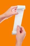 Control de la mujer o de la muchacha en el rollo de las manos del papel con mofa impresa del recibo encima de la plantilla Limpie Fotografía de archivo libre de regalías