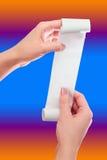 Control de la mujer o de la muchacha en el rollo de las manos del papel con mofa impresa del recibo encima de la plantilla Limpie fotos de archivo