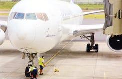 Control de la rueda delantera de aviones Fotos de archivo libres de regalías