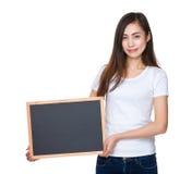 Control de la señora joven con la pizarra Fotos de archivo libres de regalías
