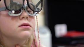 Control de la vista Muchacha caucásica que tiene incapacidades de la visión Tratamiento médico y rehabilitación metrajes