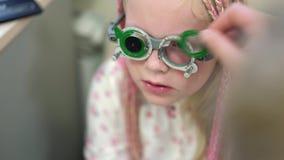 Control de la vista Muchacha caucásica que tiene incapacidades de la visión Tratamiento médico y rehabilitación almacen de metraje de vídeo