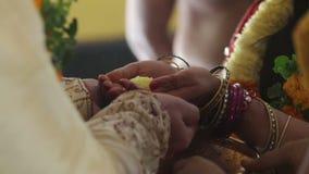 Control de los recienes casados del primer en flor amarilla de las manos como símbolo feliz