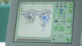 Control de máquina industrial del bordado por el ordenador en la materia textil almacen de metraje de vídeo