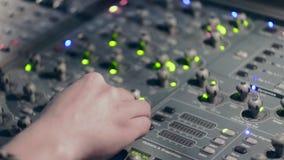 Control de mezcla sano del sonido de la consola del concierto almacen de metraje de vídeo