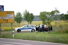 Control de policía en el borde de la carretera Fotos de archivo