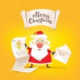 Control de Santa Claus una letra larga de deseos y del sobre en manos fotografía de archivo