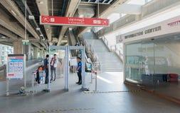 Control de seguridad en la estación tailandesa del skytrain de Phaya en Bangkok Fotografía de archivo libre de regalías