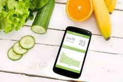 Control de su pérdida de peso con la aplicación móvil Fotos de archivo libres de regalías