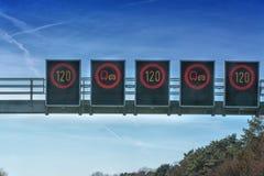 Control de tráfico, advertencia del tráfico de las restricciones de la velocidad Foto de archivo