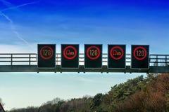 Control de tráfico, advertencia del tráfico de las restricciones de la velocidad Fotografía de archivo libre de regalías