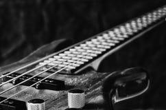 Control de volumen del primer de la guitarra baja Tono blanco y negro imagen de archivo
