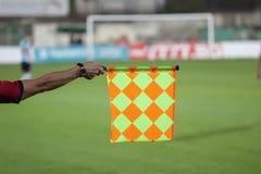 Control del árbitro del fútbol la bandera Trampa fuera de juego Foto de archivo libre de regalías