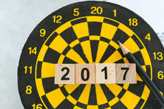 Control del año encima del concepto de la blanco con los bloques número de madera 2017 en d Imagen de archivo libre de regalías