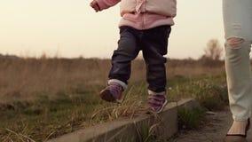 Control del bebé que sus mamáes dan y que caminan a lo largo del encintado almacen de metraje de vídeo