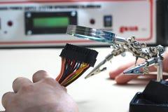 Control del conector de poder del ordenador de la PC con la lupa Fotografía de archivo
