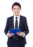 Control del hombre de negocios con el tablero Foto de archivo