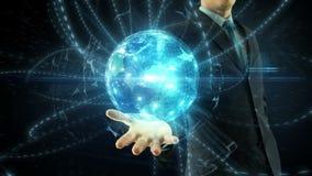 Control del hombre de negocios sobre red digital global de la mano metrajes