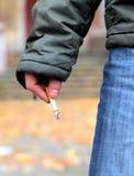 Control del hombre un cigarrillo Foto de archivo libre de regalías