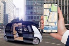 Control del uno mismo que conduce el autobús por el app móvil foto de archivo libre de regalías