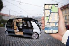 Control del uno mismo que conduce el autobús por el app móvil fotografía de archivo libre de regalías