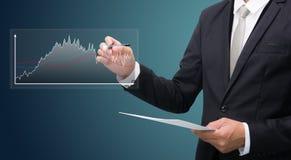 Control derecho de la mano de la postura del hombre de negocios una pluma Imagenes de archivo