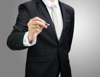 Control derecho de la mano de la postura del hombre de negocios una pluma aislada Fotos de archivo