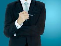 Control derecho de la mano de la postura del hombre de negocios una pluma aislada fotos de archivo libres de regalías