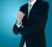 Control derecho de la mano de la postura del hombre de negocios una pluma aislada Imagenes de archivo