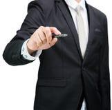 Control derecho de la mano de la postura del hombre de negocios una pluma aislada Imágenes de archivo libres de regalías