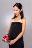 Control embarazada de la madre con la flor Fotos de archivo libres de regalías