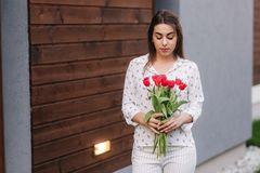 Control feliz de la mujer un ramo de flores el 8 de marzo fotos de archivo