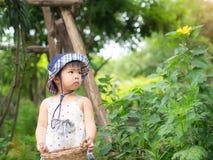 Control feliz de la niña la cesta en la granja Cultivo y Childre foto de archivo