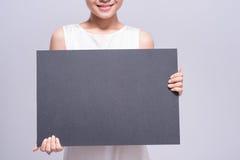 Control femenino de las manos con la pizarra en blanco Fotos de archivo libres de regalías
