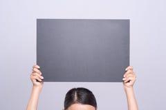 Control femenino de las manos con la pizarra en blanco Imagen de archivo libre de regalías
