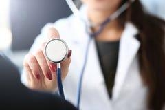Control femenino sonriente hermoso del doctor en brazo imagenes de archivo