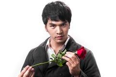 Control hermoso asiático del hombre la rosa roja con amor Fotos de archivo