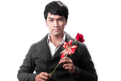 Control hermoso asiático del hombre la rosa roja con amor Foto de archivo