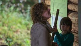 Control hermoso todo de la mujer de instrumentos de madera
