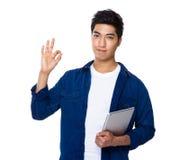 Control indio mezclado asiático del hombre con el ordenador portátil y los ges aceptables de la muestra Fotografía de archivo libre de regalías