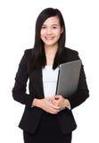 Control joven asiático de la empresaria con el ordenador portátil Foto de archivo