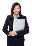 Control joven de la empresaria con el ordenador portátil Foto de archivo libre de regalías