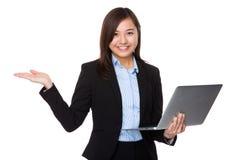 Control joven de la empresaria con la demostración del ordenador portátil y de la mano fotografía de archivo
