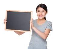 Control joven del estudiante con el tablero negro Fotos de archivo libres de regalías