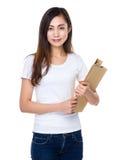 Control joven del estudiante con la carpeta Imágenes de archivo libres de regalías